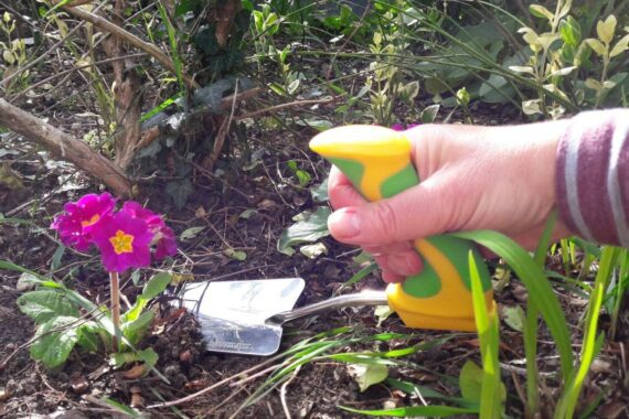 Easi-Grip Peta Garden Trowel Hand Tool. Ergonomic easy grip handle to increase power and reduce hand strain. 2 Year Guarantee.